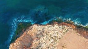 vue 4k a?rienne en bas de la vue se déplaçant en avant au-dessus du bord méditerranéen de falaise de littoral avec la mer blanche banque de vidéos