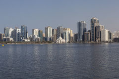 Vue Khalid Lagoon et Al Noor Mosque (Al Noor Mosque) Le Charjah Les Emirats Arabes Unis Image stock