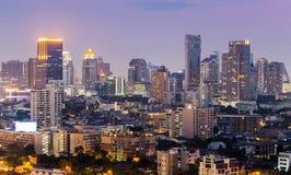 Vue légère du centre de nuit d'affaires de ville de Bangkok Photos libres de droits