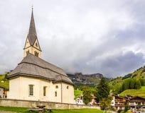 Vue à l'église du village Arabba en dolomites de l'Italie Photos libres de droits