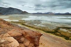 Vue lac des montagnes et des calientes d'Aguas ou de Piedras rojas de sel dans le passage de Sico photos stock