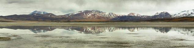 Vue lac des montagnes et des calientes d'Aguas ou de Piedras rojas de sel dans le passage de Sico image libre de droits
