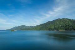 Vue, lac et montagnes de barrage Photographie stock libre de droits