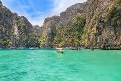 Vue lagune bleue célèbre de baie de pileh de belle avec la chaux au krabi Thaïlande photos stock