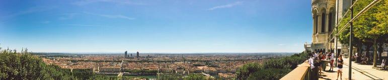 Vue large énorme d'été de panorama de la ville, Lyon, France Avec le ciel bleu coloré et les nuages blancs photo libre de droits