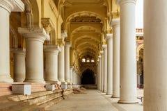 Vue large d'un palais antique de Thirumalai Nayak avec des personnes, des sculptures et des piliers, Madurai, Tamil Nadu, Inde, l Images stock