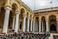 Vue large d'un palais antique de Thirumalai Nayak avec des personnes, des sculptures et des piliers, Madurai, Tamil Nadu, Inde, l Photographie stock libre de droits