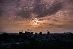 Vue large de coucher du soleil de chantier de construction Images libres de droits