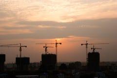 Vue large de coucher du soleil de chantier de construction Image libre de droits