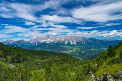 Vue large de gamme de montagne de Hohe Dachstein en Autriche sur un esprit de jour Photo libre de droits
