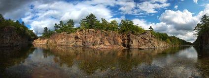 Vue large de la rivière de taiga photo stock