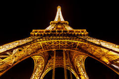 Vue large de Tour Eiffel illuminée pendant la nuit, Paris, franc Photos libres de droits