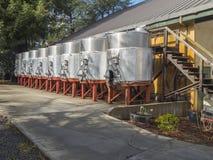 Vue large des cuves de vin à l'établissement vinicole Photo libre de droits