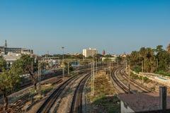 Vue large des voies de train de courbe du pied au-dessus du pont, Chennai, Tamil Nadu, Inde, le 29 mars 2017 Photos stock