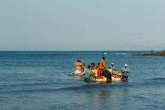 Vue large du groupe de personnes voyageant sur les bateaux de l'eau et le scooter de l'eau, Visakhapatnam, Andhra Pradesh, le 5 m Image libre de droits