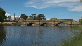 Vue large du pont historique en grès chez ross en Tasmanie, Australie clips vidéos