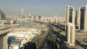 Vue large et aérienne, Skycrapers à Manama - au Bahrain banque de vidéos