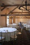 Vue large sur la pièce de boule de banquet dans le style de cru avec le sort des tables, des chaises et de la scène de théâtre images libres de droits