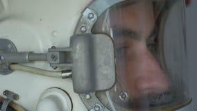 Vue latérale de cosmonaute Helmet banque de vidéos