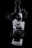 Vue latérale de microscope de recherches d'oculaires d'isolement sur un fond noir Image libre de droits