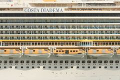 Vue latérale du bateau de croisière de diadema de côte à Barcelone images libres de droits