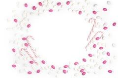 Vue le blanc rose et blanc Backgr de vue supérieure de sucreries et de lucettes Photographie stock libre de droits