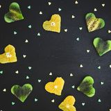 Vue le fond avec des coeurs de fruit d'agrume et de kiwi sur le fond noir Cadre de nourriture Configuration plate, vue supérieure Image stock