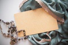 Vue le fond avec la draperie et la carte postale en soie de vintage Image stock