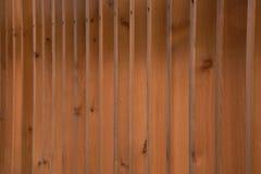 Vue le long d'une barrière moderne élégante de bois de construction, construction fraîche - a images libres de droits