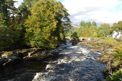 Vue le long des automnes de Dochart Photographie stock libre de droits