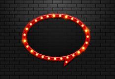 Vue le rétro ballon léger de cercle sur la brique de fond Photo stock