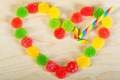 Vue les bonbons colorés à un fond des sucreries de sucre Photos stock