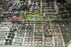 Vue les verres d'oeil à vendre à la boutique optique images libres de droits