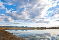 Vue loin au rivage d'un lac Images libres de droits