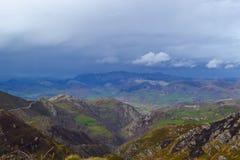 Vue lointaine d'un champ du haut d'une montagne Champ vert dans a photos stock