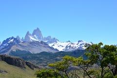 Vue lointaine de la crête de Fitz Roy, en parc national de visibilité directe Glaciares, EL Chaltén, Argentine Images stock