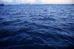 Vue lointaine de Miami Beach de ville de Miami Photos stock