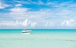 Vue lumineuse attrayante de belle plage marine colorée exotique avec le bateau sur l'eau bleue images stock