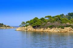 Vue lumineuse de bord de la mer de vert bleu Photos stock