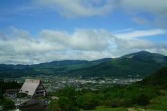 Vue luxuriante de panorama et de ville de paysage de montagne de verdure Photographie stock