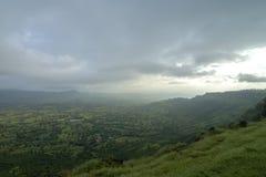 Vue luxuriante de vallée verte vue du plateau de Kaas, Satara, maharashtra, Inde image stock