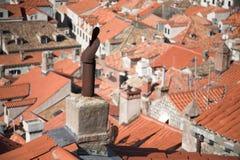 Vue médiévale de ville, dessus de toit et cheminées, tuiles Photo libre de droits