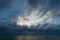 Vue magnifique de la mer et des nuages image libre de droits