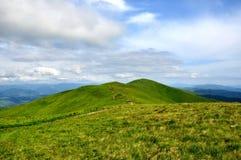 Vue magnifique des pentes des montagnes carpathiennes photographie stock libre de droits