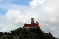 Vue magnifique du bâtiment rouge-jaune du palais romantique de Pena dans Sintra Photographie stock libre de droits