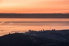 Vue magnifique du coucher du soleil en mer photographie stock