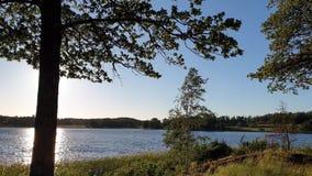 Vue magnifique sur le coucher du soleil sur le lac le jour d'été Lac et ciel convergeant sur l'horizon clips vidéos
