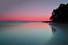 Vue majestueuse de coucher du soleil au-dessus de plage chez Noosa, Queensland, Australie Photo stock