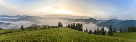 Vue majestueuse sur de belles montagnes de brouillard dans le paysage de brume Scène peu commune dramatique fond plus de ma cours Images libres de droits