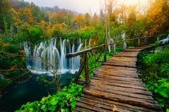 Vue majestueuse sur l'eau de turquoise et faisceaux ensoleillés en parc national de lacs Plitvice Croatie Photo libre de droits